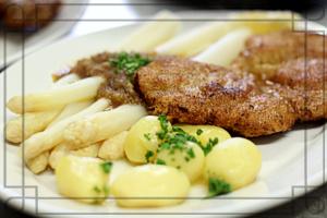Schnitzel mit Spargel und Petersil-Erdäpfel